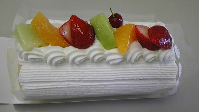 フルーツたっぷりのロールケーキ!